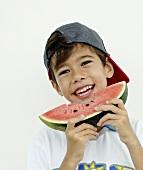 Junge hält ein angebissenes Stück Wassermelone