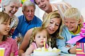 Familie feiern den Geburtstag der Tochter