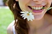 Frau mit Blume im Mund (Close-Up)