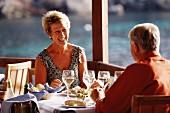 Älteres Ehepaar beim Essen im Urlaub