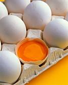 Ein aufgeschlagenes Ei in der Eierschachtel