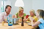 Familie beim Abendessen mit Spaghetti