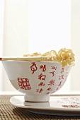 Asiatische Schale mit Essstäbchen und Nudeln