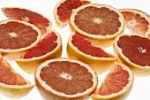 Rosa Grapefruits, halbiert und Grapefruitschnitze