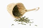 Grüner Tee im Bambus-Teesieb