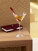 Martiniglas und Terminkalender auf Beistelltisch