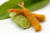 Breaded, deep-fried prawns with slices of lime