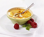 Crème brûlée with fresh raspberries