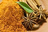 Curry powder, star anise and cinnamon sticks