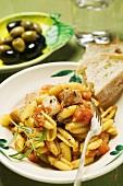Nudeln mit Fleisch und Tomatensauce, Weissbrot, Oliven