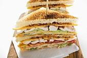 Clubsandwiches mit Hähnchen, getoastet