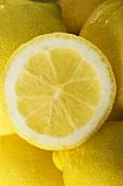 Zitronenhälfte auf ganzen Zitronen (Nahaufnahme)