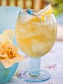 Fruchtiger Ananasdrink mit Eiswürfeln und Zitrone