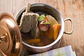 Brühe mit Rindfleisch und Suppengemüse im Kochtopf