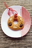 Ring-shaped gingerbread tree ornament on plate