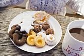 Plätzchenteller und Tasse Kakao, Kind im Hintergrund