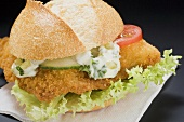 Breaded escalope in a bread roll with remoulade