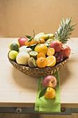 Verschiedene frische Früchte im Korb auf Holztisch