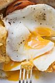 Fried egg (close-up)