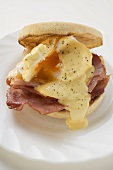 English muffin with fried egg, bacon & cheese sauce (USA)