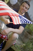 Mann schwenkt USA-Flagge am 4th of July