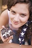 Frau hält angebissenes Brownie (USA)