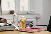 Fruchtsalat und Wasserflasche im Büro