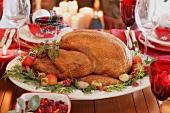 Weihnachtlich gedeckter Tisch mit gebratenem Turkey (USA)