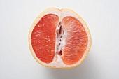 Half a pink grapefruit (longitudinal section)