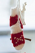Christmas decoration: woollen mittens and felt reindeer