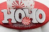 Weihnachtsplätzchen (Schrift HOHO) und Pfefferminzbonbon