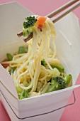 Nudeln mit Gemüse im Take-Out-Behälter