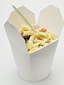 Fusilli mit Gemüse im Take-Out-Behälter