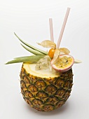 Pina Colada in ausgehöhlter Ananas