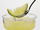 Frozen Margarita, Limettenschnitz auf Löffel