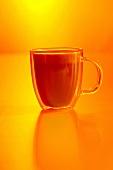 Kaffee mit Orangenlikör und Milchschaum