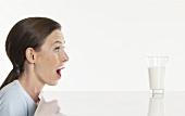 Junge Frau freut sich auf ein Glas Milch