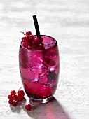 Ein Cocktail mit Johannisbeeren