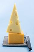 Emmentaler und Cheddar mit Käsemesser