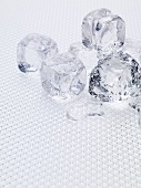 Fünf schmelzende Eiswürfel