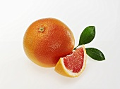 Rosa Grapefruit mit Blättern