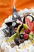 Tortenverzierung aus Schokolade und Früchten