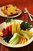 Obstteller und Cranberrybrot zum Frühstück