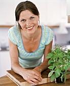 Eine Frau in einer Küche
