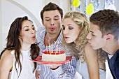 Junge Leute feiern Geburtstag