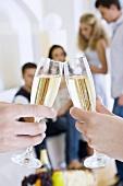 Mit Champagner anstossen