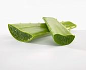 Zwei angeschnittene Aloe-Vera-Blätter
