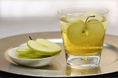Cider with vanilla and apple slices