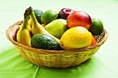 Korb mit verschiedenen Früchten