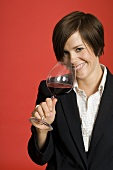 Lady sommeliere testing ed wine